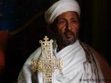 Priester mit Kreuz