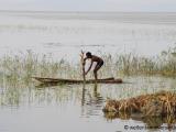 Fischer auf seinem Floss