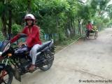 Lastenrikscha gezogen von einem Moped