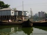 Faehrboote vor dem Slum