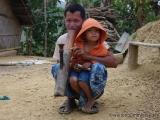 Mann mit Kind und Bambuspfeife