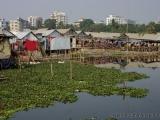 Blick auf Slum und Rikschas
