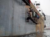 Arbeiter am Schiffsrumpf