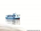 Unser Schiff taucht aus dem Nebel auf