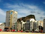 Blick vom Strand von Leme auf die Favela