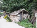 Dorfstrasse in einem Dorf in der Naehe der Mauer
