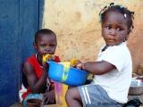 Kinder beim Mango essen