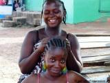 Junge Frauen beim Frisieren