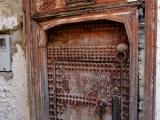 In der Medina von Fes - Tuerklopfer in verschiedener Hoehe