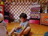 Spielender Junge in der Jurte