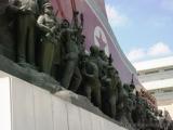 Grossmonument Mansudae - Figurengruppe vor roter Fahne