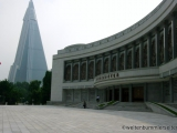 Kriegsmuseum mit dem seit 1987 im Bau befindlichen Ryugyŏng Hotel im Hintergrund