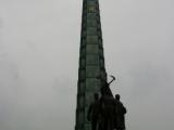 Juche Turm mit Figurengruppe die das Parteiemblem haelt