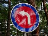 Verkehrszeichen in den nordkporeanischen Farben