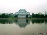 Blick ueber den Taedong zur Studienhalle des Volkes