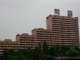 Rote Wohnbloecke symbolisieren Fahnen