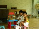 Kinder die den Besuch beim Arzt spielen