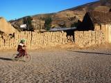 Radfahrendes Kind in einem Andendorf