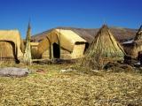 Huetten aus Schilf auf den Uros Inseln