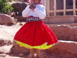Maedchen in traditioneller Kleidung auf Taquile