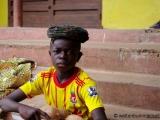 Junge mit Kokosnuessen