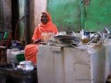 Frau mit Utensilien zum Kaffee kochen