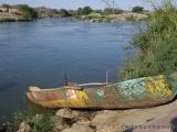 Aus Blechtonnen gefertigtes Boot