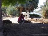 Mann bei der Herstellung von Lehmziegeln