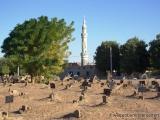 Friedhof mit Moschee im Hintergrund