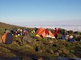 Die Zelte stehen, der Regen hat aufgehoert, die Sachen trocknen