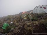 Die Zelte verschwinden im Nebel