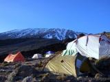Mit Frost überzogene Zelte am Morgen