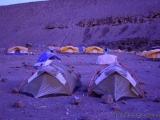Mit Frost ueberzogene Zelte an der Moir Hut