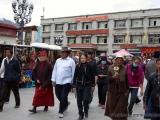 Pilger auf dem Barkhor Umrundungsweg