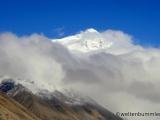 der Mt Everest erscheint ueber den Wolken