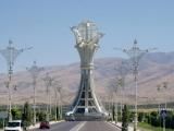 Aschgabat Eine der vielen Skulpturen auf Straßenkreuzungen