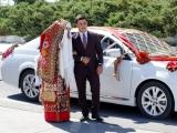 Braut im traditionellen Hochzeitsmantel