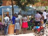 89 - Kampala - Anstehen zum Gottedienst