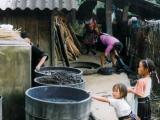 Stoffe-faerben-bei-den-Schwarzen-Hmong
