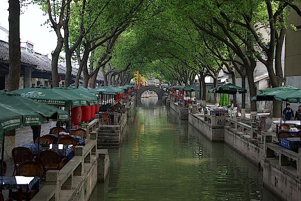 Restaurantmeile-in-der-Wasserstadt-Tongli-bei-Shanghai