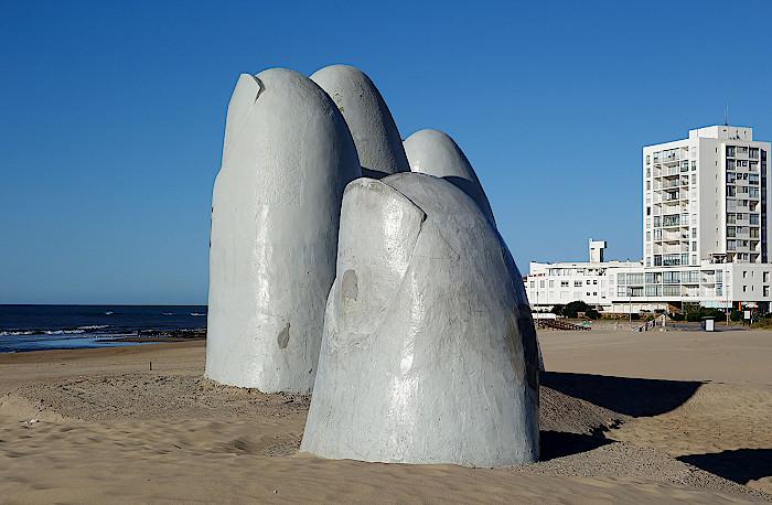 Fingerskulptur am Strand von Punta del Este