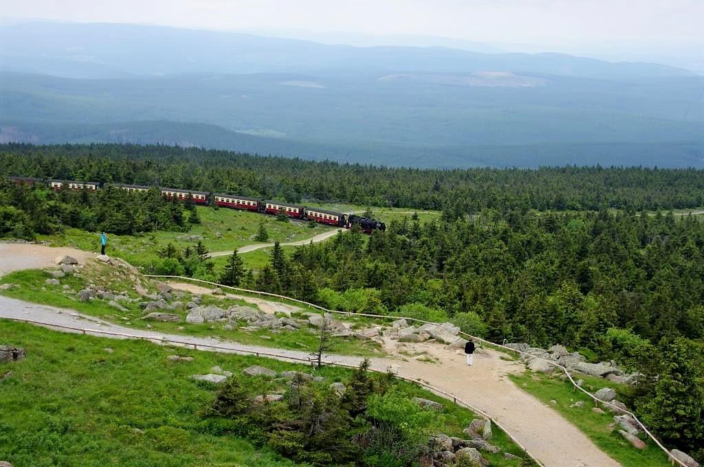 Blick-vom-Brocken-auf-die-Brockenbahn