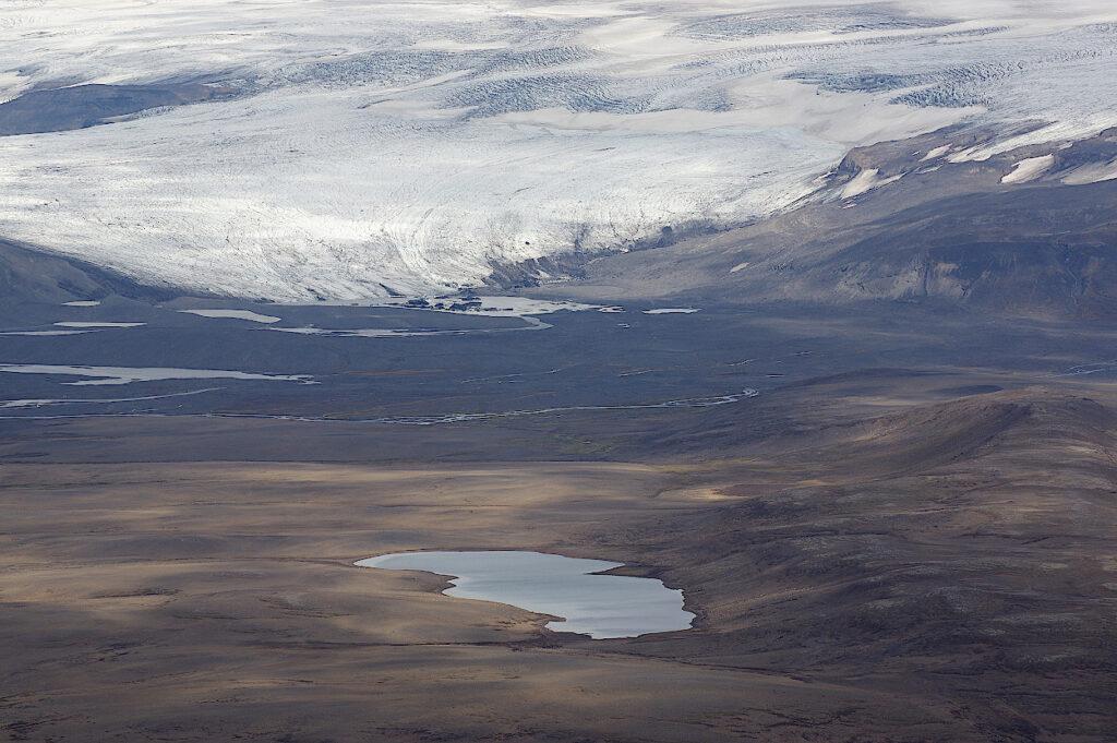 Das-karge-Hochland-auf-Island