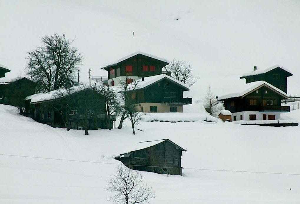 Schneebedeckte-Haeuser-im-Wallis