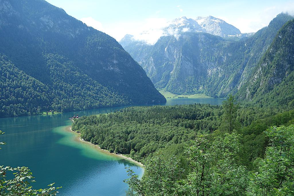Wie-ein-Band-schlaengelt-sich-der-Koenigssee-durch-die-Berge