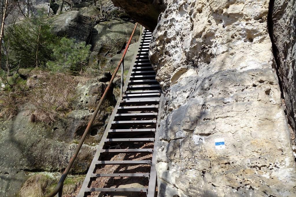 Malerweg-auf-Leitern-durch-die-Felsen