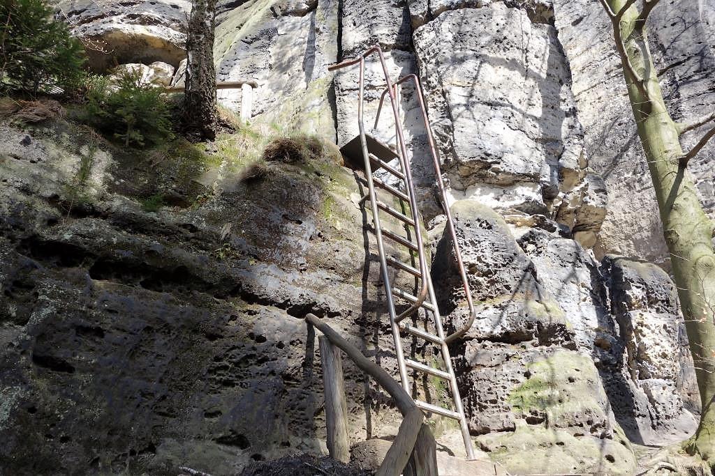 Leiter-an-einem-Felsen-auf-dem-Malerweg