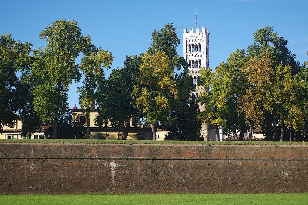 Stadtmauer-von-Lucca-in-der-Toskana