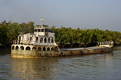 Frachtschiff-in-den-Sundarbans