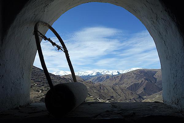 Steintrommel-in-einem-Awarenhaus-vor-der-Bergkulisse-in-Dagestan